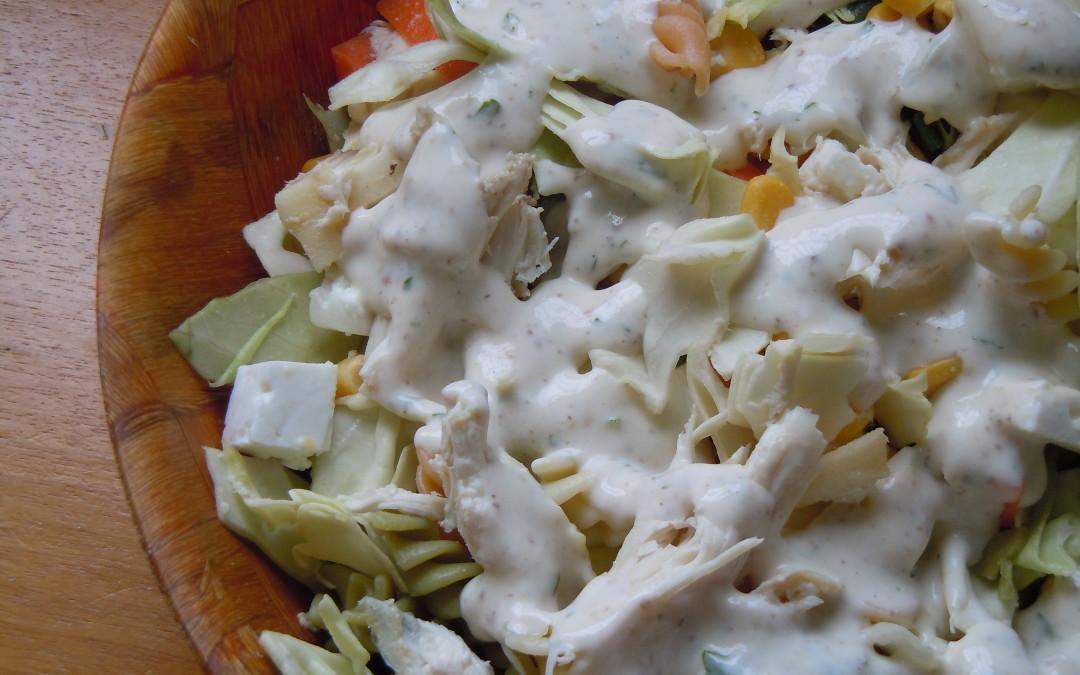 ensalada de pasta con pollo y salsa de yogur