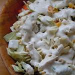 Ensalada de pasta, pol y pollo con salsa de yogur