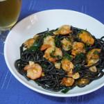 Spaguetti al nero di seppia picantes con gambas y mejillones